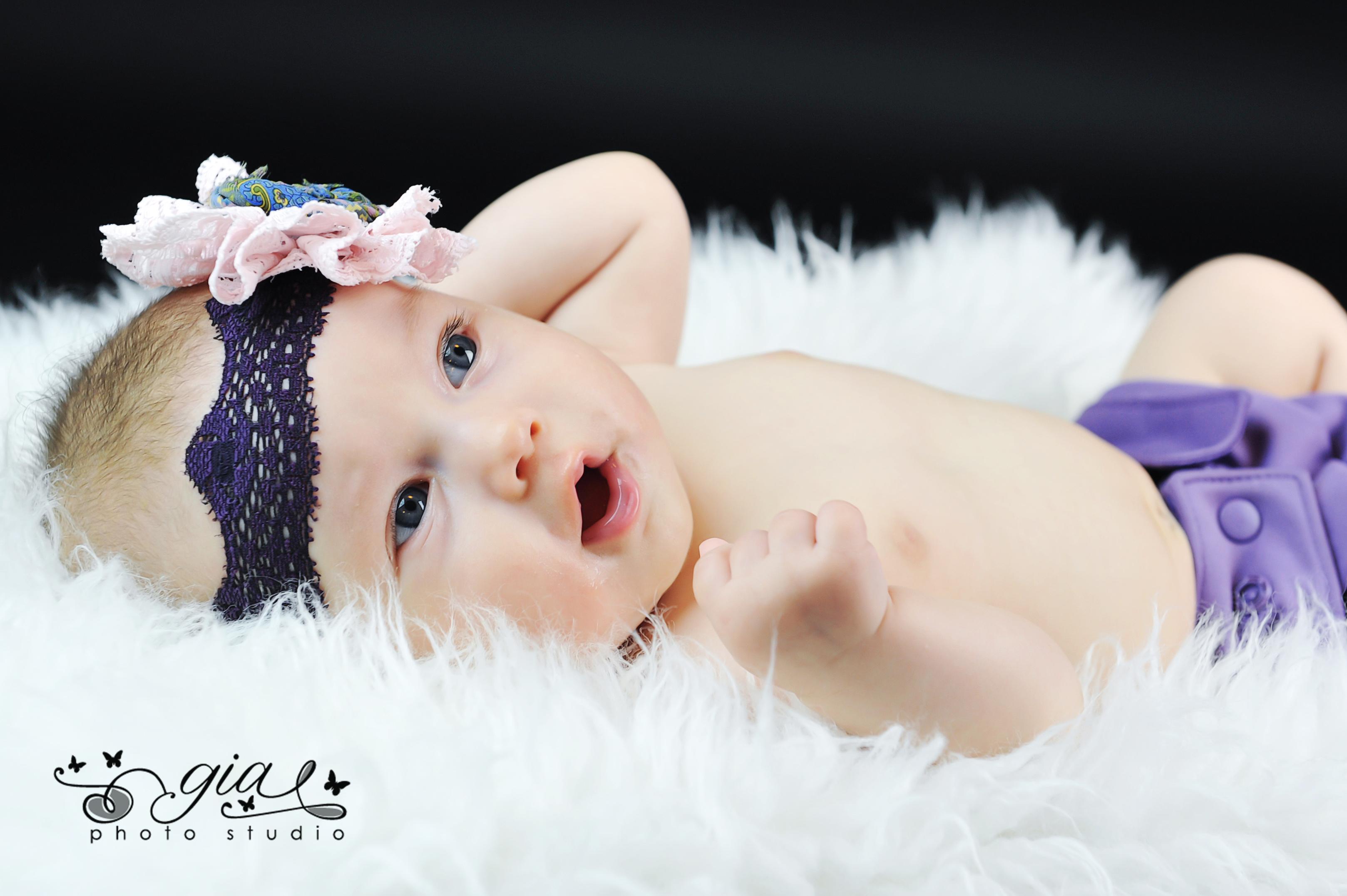 Bebelusa in puf