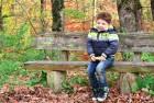 Poza de toamna pe banca in parc